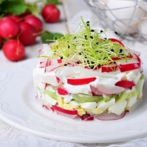Салат з редису, сметани і яйця